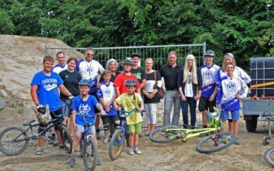 Jugendliche bauen Bike-Park
