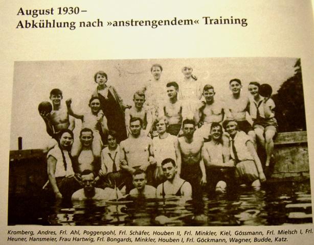 1930. Damen und Herren beim gemeinsamen Bad.