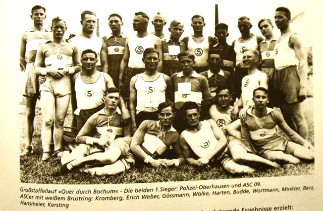 """Sieger beim Großstaffellauf """"Quer durch Bochum"""": Die ASC-Athleten (mit weißem Brustring)."""