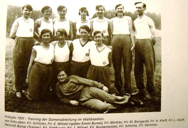 """Die Frauenmannschaft 1931 - auf dem Weg vom """"frohen Spiel"""" zum ernsthaften sportlichen Wettkampf."""
