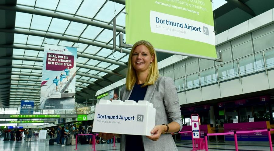 Auch der Flughafen Dortmund gehört zm Unterstützerkreis. Annika Neumann, Pressesprecherin und PR-Referentin, überreichte den Stein für die Spendenwand.