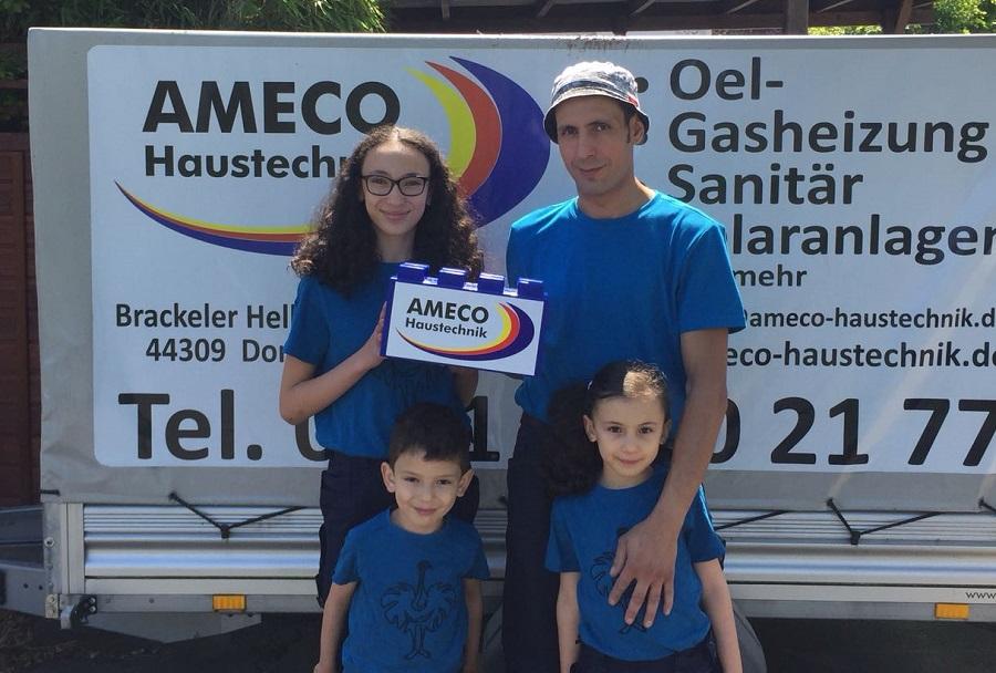 Mohamed Amzough von Ameco Haustechnik, hier mit seinen Kindern Assiya und Adil (vorne) sowie Amira, die in unserer D-Jugend spielt, gehörte zu den ersten Baustein-Spendern.