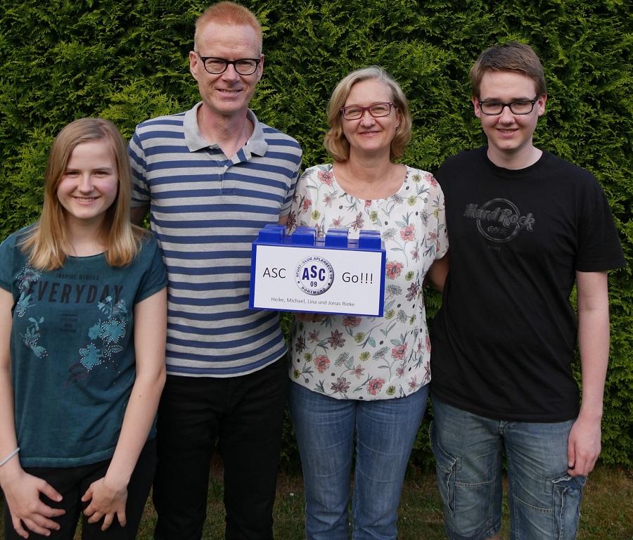 Lina und Jonas Rieke spielen selbst beim ASC 09, Papa Michael ist Jugendkoordinator und Mama Heike stets zur Stelle, wenn Hilfe benötigt wird. Und natürlich sie die Vier auch mit einem Baustein dabei.