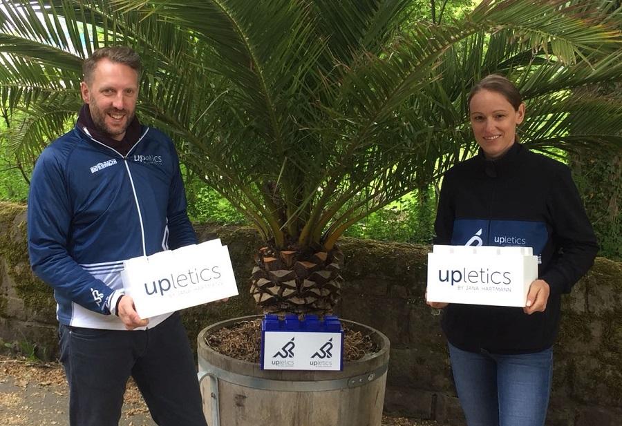 Jana Hartmann und Marcus Hoselmann von Upletics (www.upletics.de) bauten gleich drei Steine in die Hndball-Spendenwand.