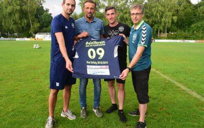 Ein Handball-Trikot als Glücksbringer für unsere Fußballer
