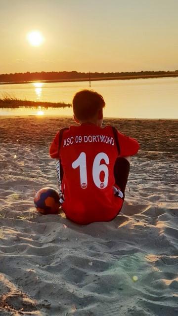 Ben Feistel, Torwarttalent der ASC 09-Handballer, mag Sonnenuntergänge sowohl in Farbe . . .