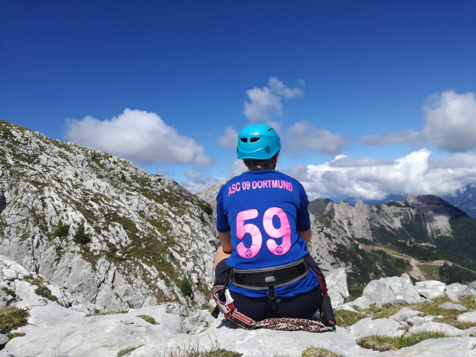 Emma Tripp, Handballerin in der weiblichen B-Jugend, schickt diese phänomenale Fernsicht aus den Kärntner Alpen. Der Blick entschädigte für den strapaziösen Aufstieg zum Gipfel.