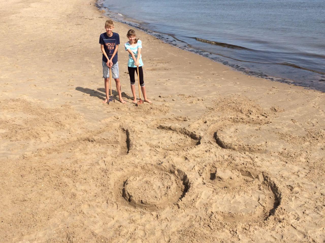Und noch ein Gruß . . . ohne Namen, aber mit sehr eindrucksvoller Sandarbeit in Handarbeit!