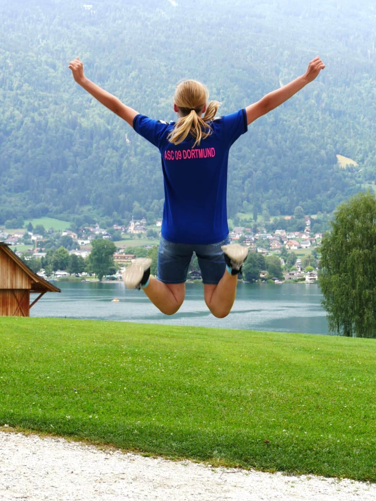 Lina Rieke spielt in der D- und auch schon in der C-Jugend des ASC 09 Handball. Sie verbrachte die Ferien am Faaker See in Kärnten - und fand das offensichtlich zum in-die-Luft-Springen!
