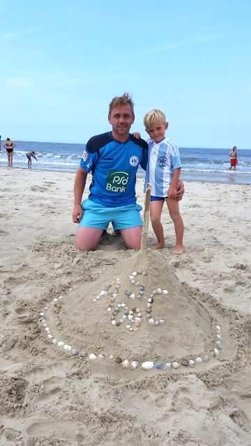 Sebastian Schrage, Kapitän unserer 2. Fußball-Mannschaft, hat auf Borkum mit Sohnemann Jasper, selbst schon Minikicker im Verein, eine ASC 09-Burg gebaut. Nach getaner Arbeit präsentieren sich Papa & Sohn von vorne . . .