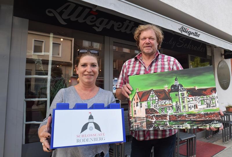 Heike Koch und Jörg Wiedelmann betreiben das Café Allegretto an der Köln-Berliner-Straße, den Biergarten im Rodenbergpark und ab 1. November 2018 auch das Schlosscafé im historischen Wasserschloss Haus Rodenberg. Wir bedanken uns ganz herzlich bei den beiden für ihre Steinspende!