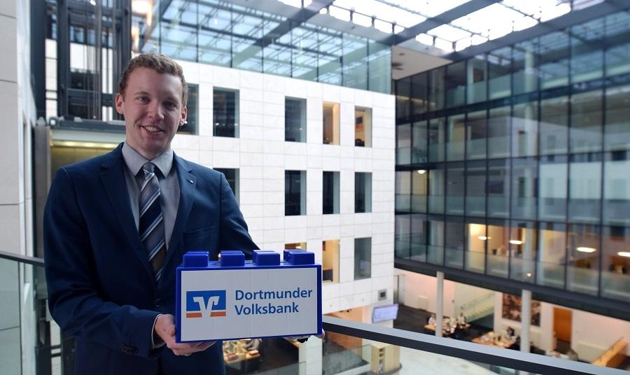 """""""Die Spendenwand ist eine tolle, kreative Idee"""", sagt Malte Schulz von der Unternehmenskommunikation der Dortmunder Volksbank. Wir freuen uns, dass die VoBa, die den ASC 09 auch in der Vergangenheit schon unterstützt hat, einen Stein beisteuert. Vielen Dank!"""