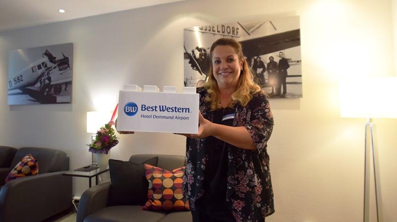 Am liebsten hätten Hoteldirektorin Andrea Schmidt und Nicole Bendig (FOTO) an der Reservierung ihren Giga-Baustein wohl im Hotel behalten - als Blickfang und Dekostück für die Rezeption. Aber das ist ja schließlich nicht Sinn der Sache. Das Best Western Hotel Dortmund Airport hat den Stein ja für die Handballwand des ASC 09 gespendet - und dafür sagen wir: Herzlichen Dank!