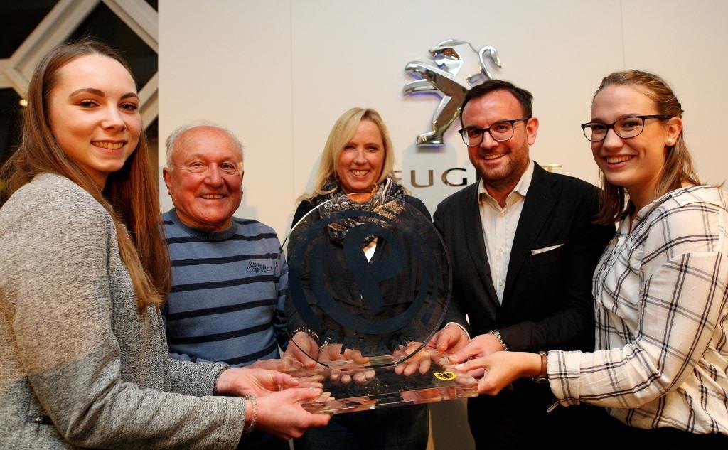 Die Nominierten für den PFLANZ Ehrenamtspreis 2018: Ann-Kathrin Stache (l.) und Hanna Wegmann (r.) vom ASC 09, Oskar Schneider und Regina Twer mit Felix Babilas, Geschäftsleiter der Pflanz-Gruppe (2.v.r.).