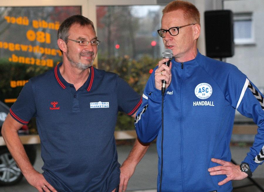 Unser Jugendkoordinator Michael Rieke und Jost Neurath vom ASC 09-Handball-Marketing nahmen die Ehrung vor.
