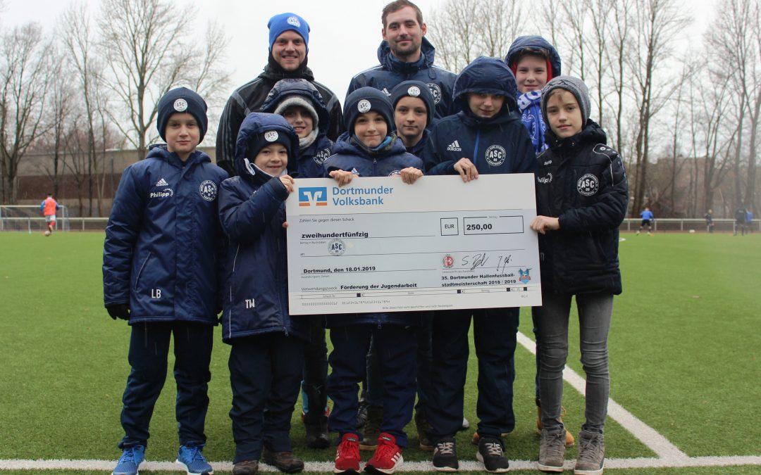 Förderung der Jugendarbeit: 1. Mannschaft überreicht Scheck