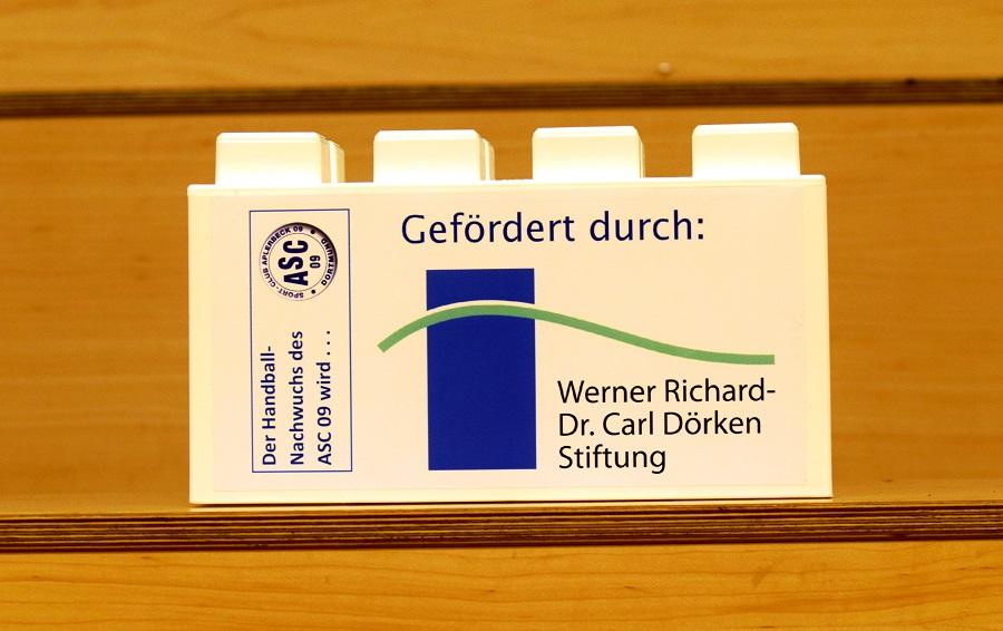 """Die """"Werner Richard - Dr. Carl Dörken-Stiftung unterstützt die Nachwuchsarbeit des ASC 09 mit 2.500 Euro. Wir bedanken uns mit einem Spendenstein für das großzügige Engagement."""