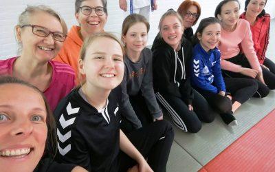 ASC 09-Mädchen absolvieren Selbstverteidigungskurs