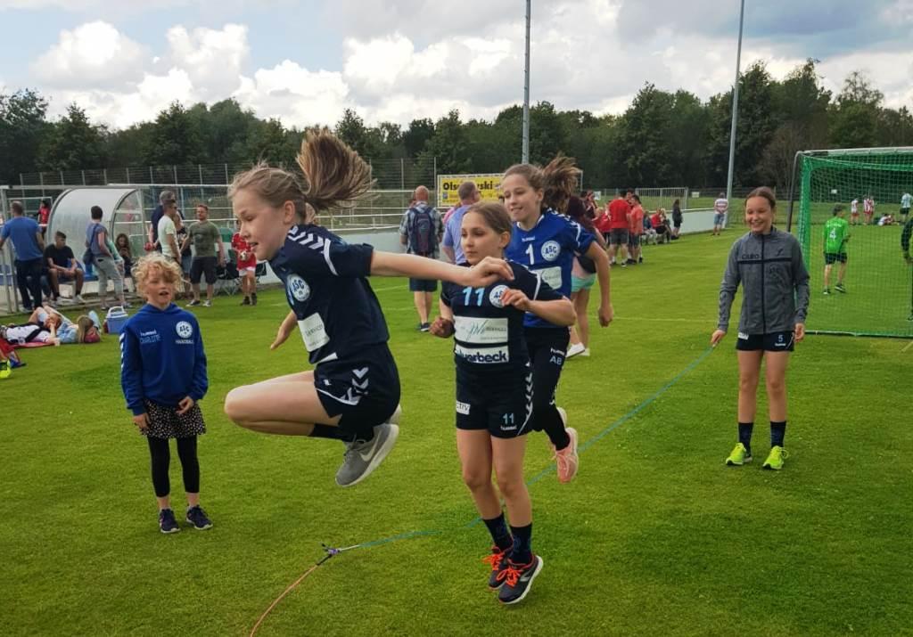 Spaß auch am Rande der Turnierspiele: Rike Evers, Klara Zeino-Mahmalat, Alessa Bauer und Caro Westphal.