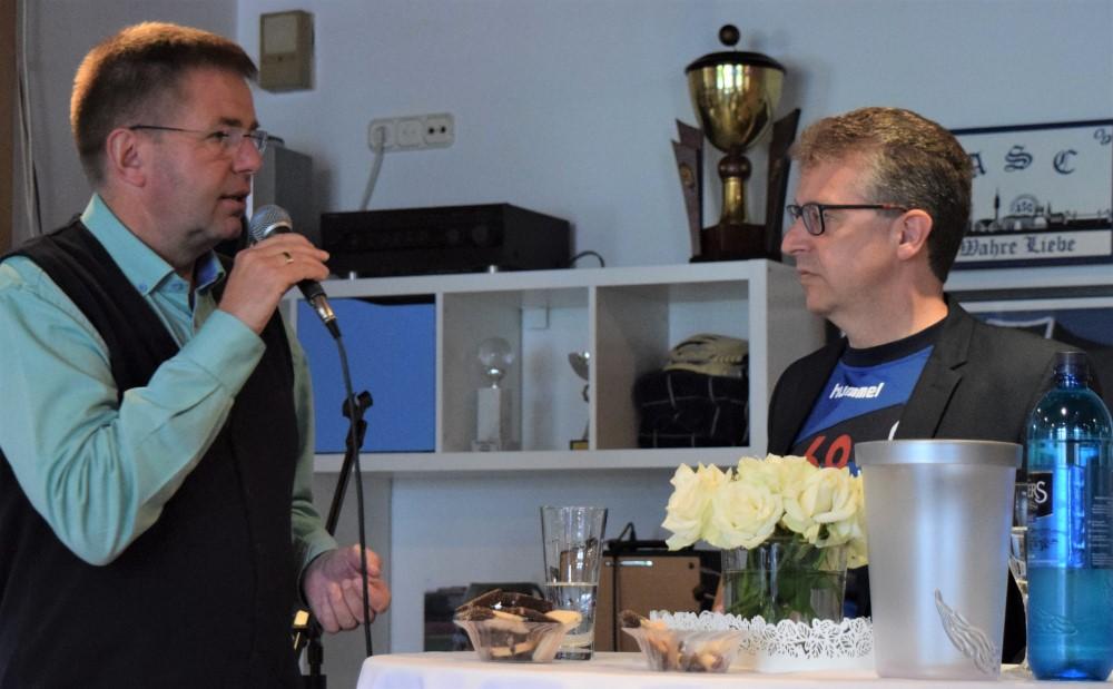 August-Wilhelm Albert während der Talk-Runde mit Frank Fligge.