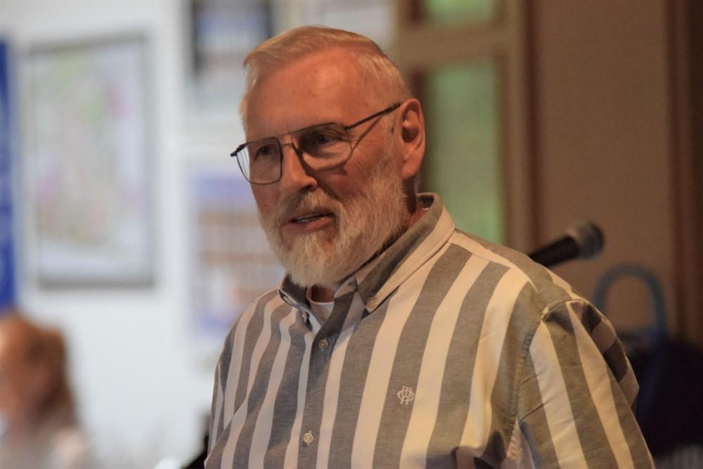 Vorstandsmitglied Heiner Brune nahm mit viel Herz und Wertschätzung die Ehrungen vor.
