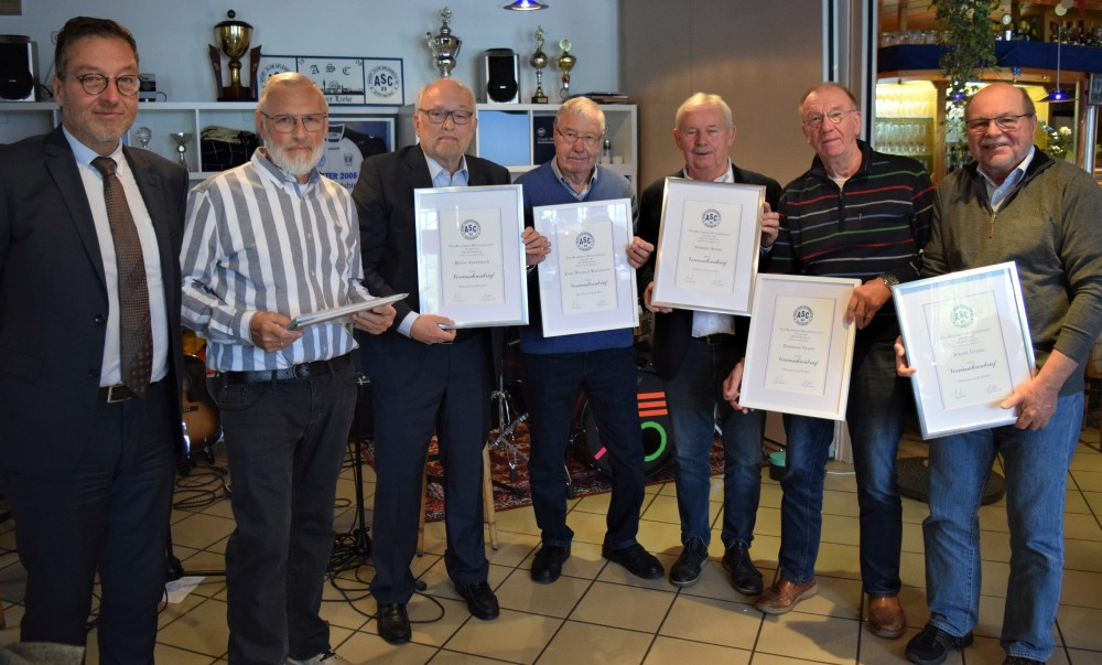Seit 40 Jahren Mitglied sind (v.r.) Jürgen Juhnke, Eberhard Trappe, Norbert Spoor, Karl-Wilhelm Wagemann und Bernd Andernach.