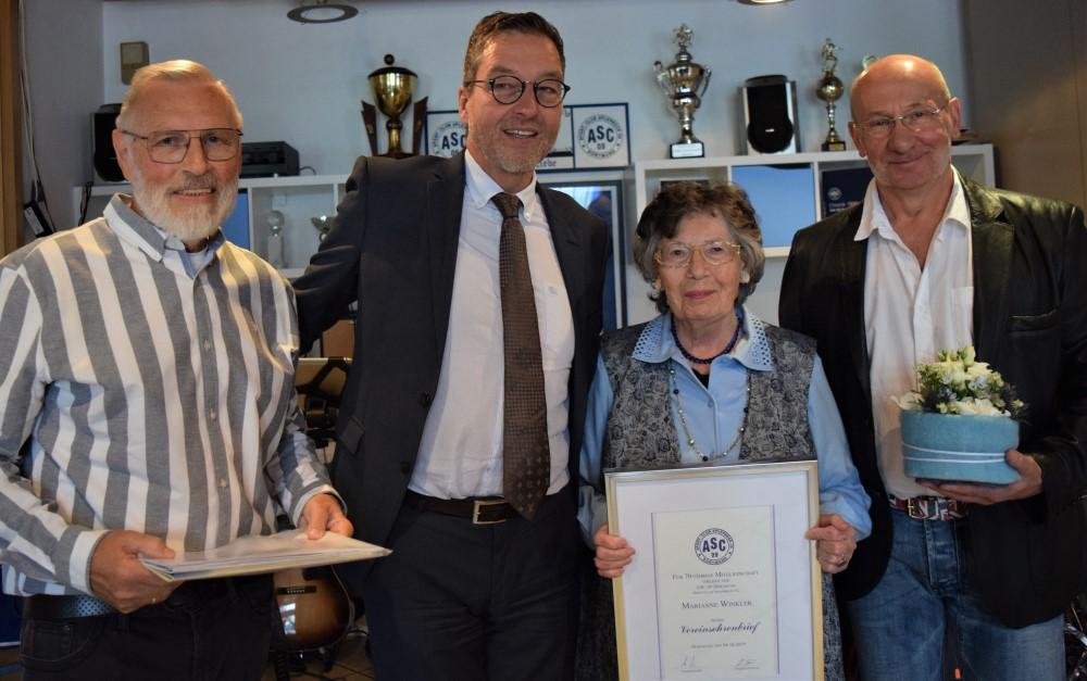 Marianne Winkler, seit 70 Jahren ASC 09-Mitglied, mit Heiner Brune (l.), Michael Linke und ihrem Laudator Thomas Ahrens (r.).