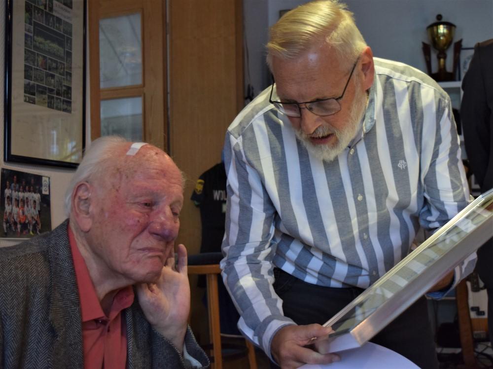 98 Jahre alt und seit 85 Jahren Mitglied im ASC 09. Bei Otto Evers flossen einige Tränen der Rührung - der schönste und bewegendste Moment der Jubilarehrung.