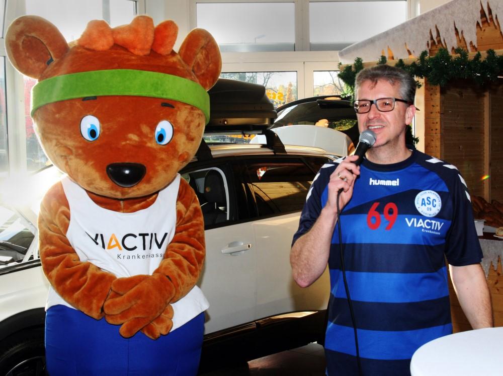 Frank Fligge, Abteilungsleiter Handball, mit dem Schlaubär, Maskottchen unseres Sponsors Viactiv . . .