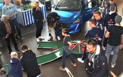 Nachwuchs-Ehrungen und Minigolf-Roulette im Autohaus Pflanz