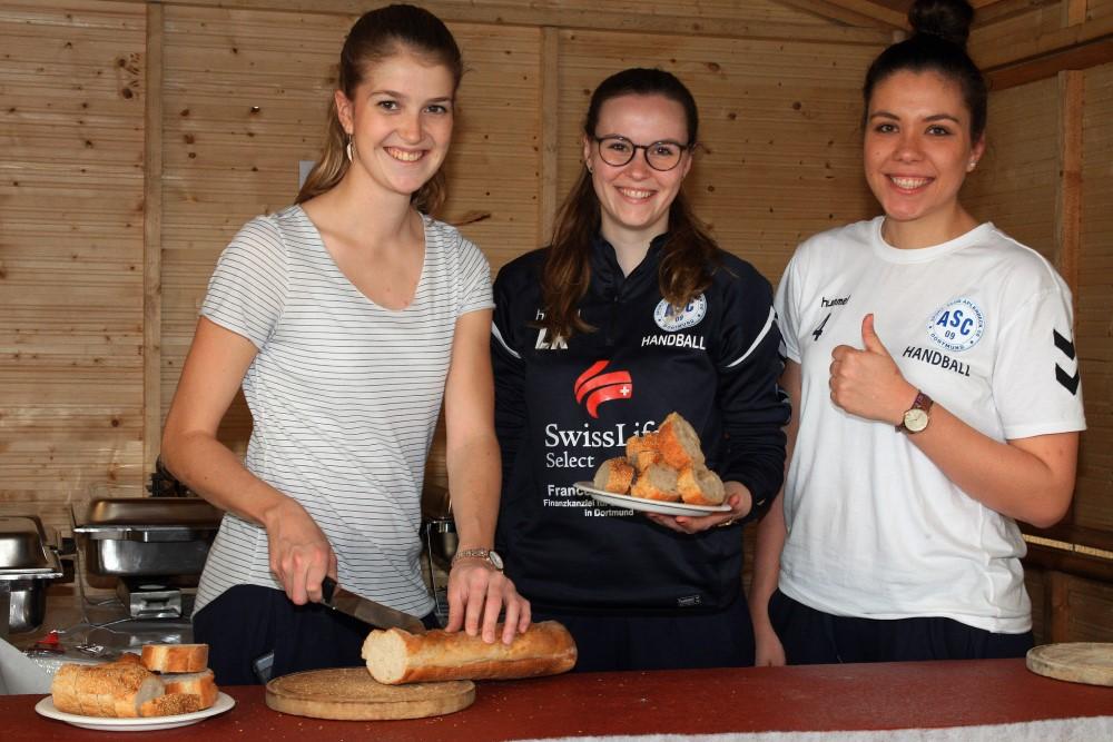 Fleißige Helferinnen: Unsere Damen 2 mit Almuth Delere, Lisa Rombach und Julia Raitbaur  . . .
