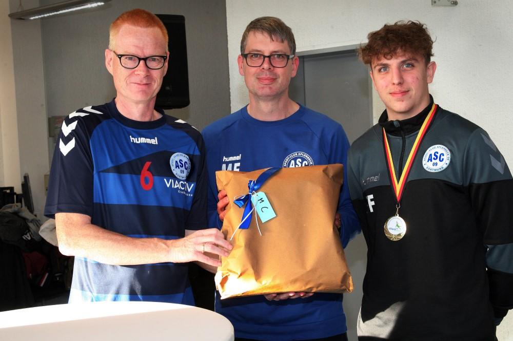 Für unsere männliche C-Jugend, die ebenfalls die Endrunde erreicht hat, nahmen Co-Trainer Fynn Fligge (r.) und Teamkoordinator Markus Feistel (M.) das Geschenkpaket von Jugendkoordinator Michael Rieke entgegen.