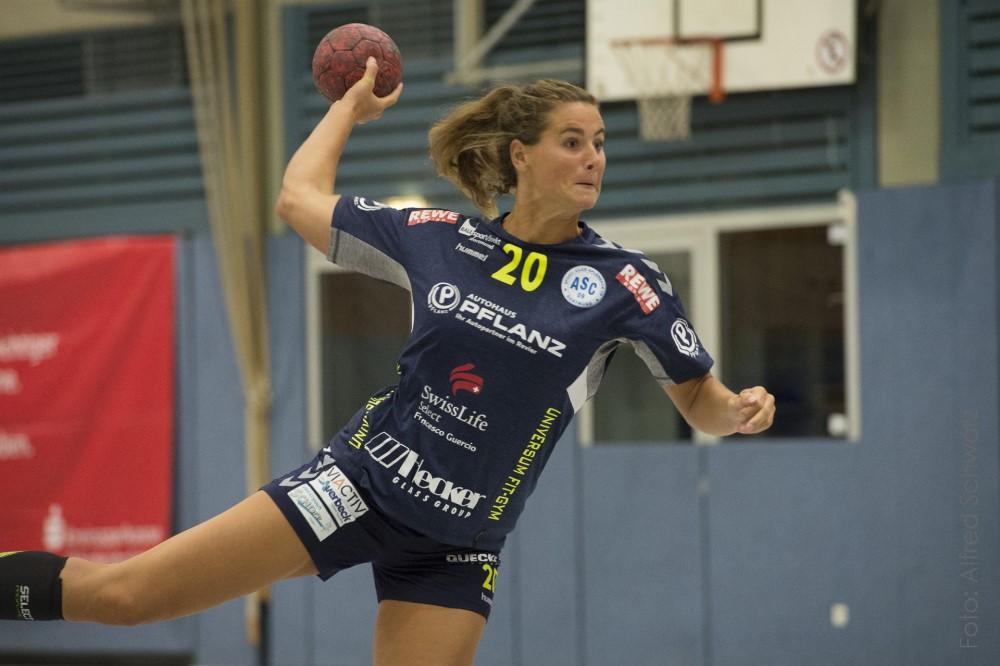 Thriller-Sieg in Hille: Handball-Damen verteidigen Tabellenführung mit 34:33
